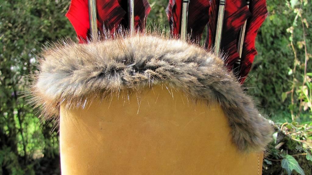 Mind-Factor Rückenköcher mit Tasche in der hellen Variante, gefüttert mit Fell